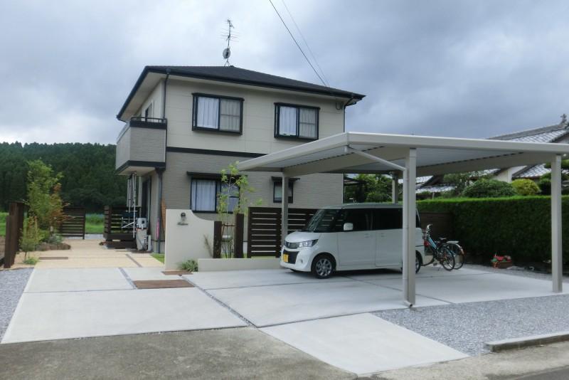 広い敷地を活かして駐車場と庭をデザイン