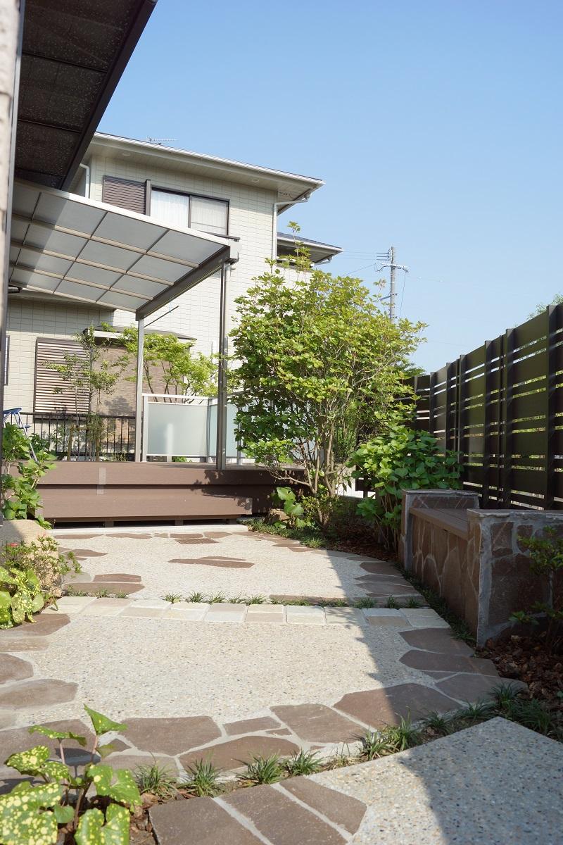 生垣を樹脂のフェンスに。車庫も広げて庭をリフォーム。