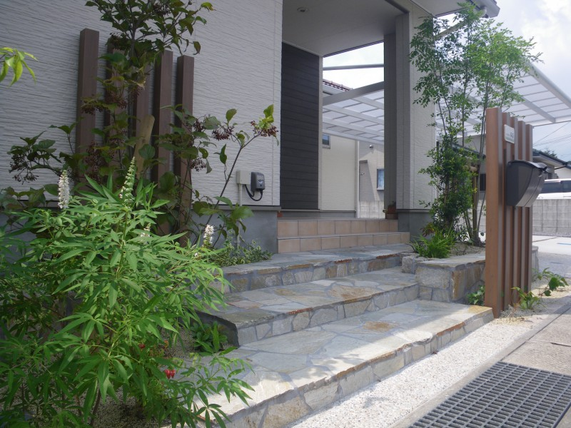 明るいエントランスとくつろげるお庭をデザイン