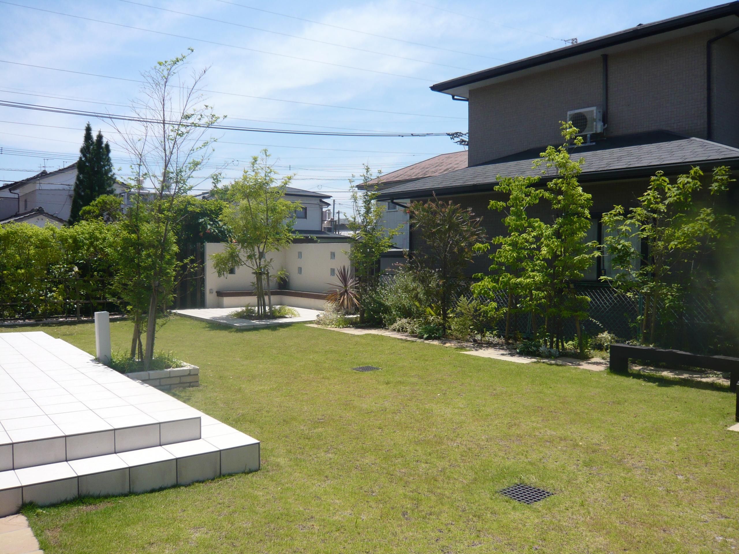 広いタイルテラスと広い芝生のお庭
