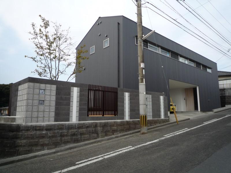 黒のガルバの外壁に合う化粧ブロックでリフォーム