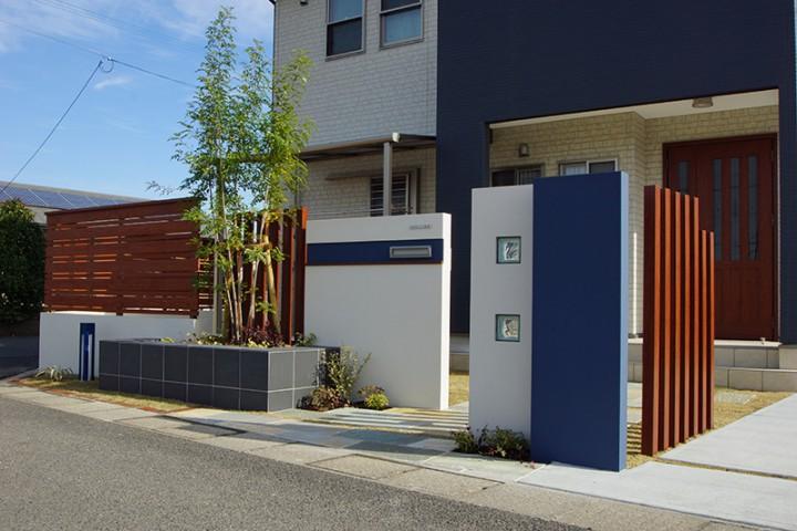建物カラーに合わせた白と青の外構