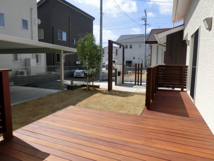 木材のフレームが迎える開放的な空間