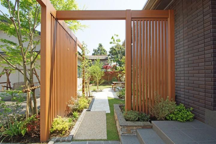 タイル張りの外壁に合わせた重厚感のある門まわり