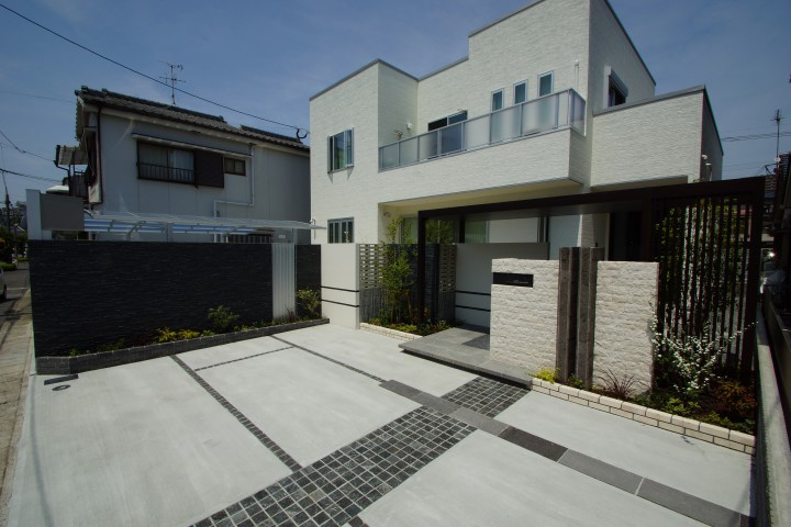 素材やデザインの変化で建物を引き立たせるクローズ外構