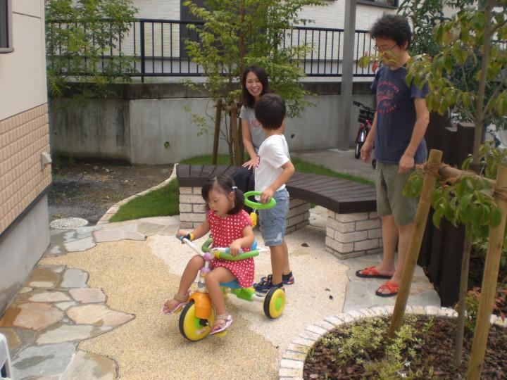 ベンチと樹陰で子供達が涼しめるお庭
