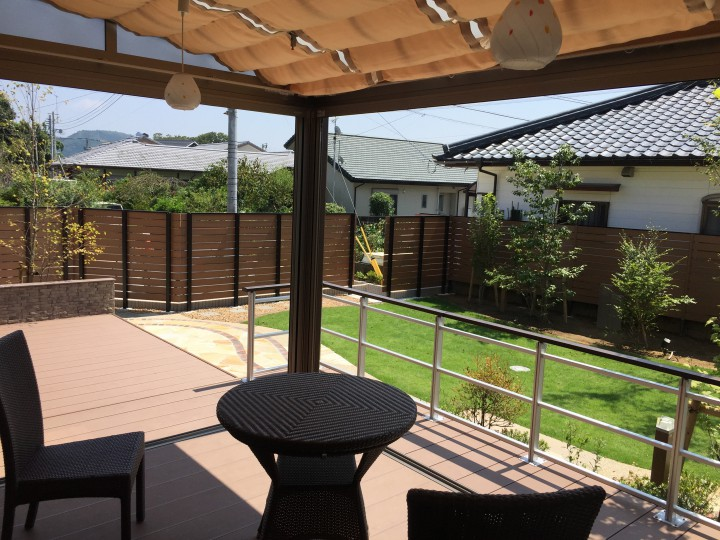 ガーデンルームとデッキからつながる開放的なお庭