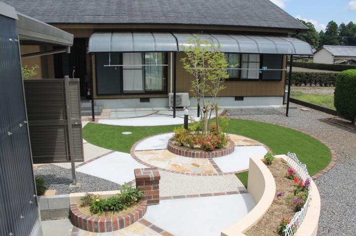 人工芝の緑が映えるお庭と、心安らぐアプローチ