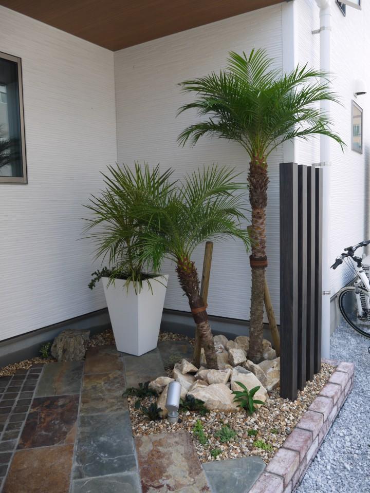 アジアンチックな坪庭と調和した門周り