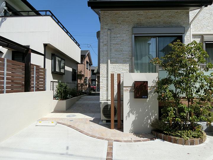 車庫スペースとお庭をきれいにレイアウト