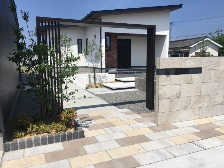 広い駐車スペース、広い庭空間を門周りのデザインで引き締め、メリハリのある外構