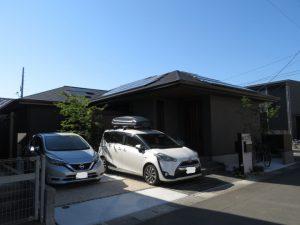 敷地が狭いので、駐車場にもなるお庭スペースを考えて‼